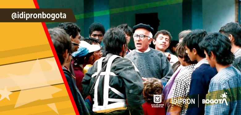 Imagen de Javier de Nicoló con los jóvenes del IDIPRON