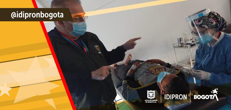 Médico brinda atención a beneficiario del IDIPRON