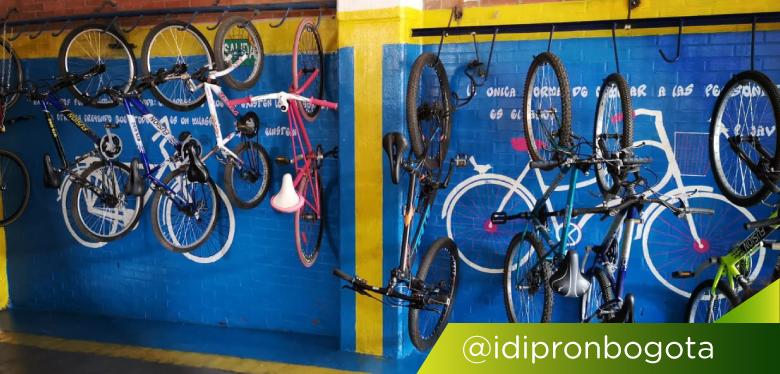 Bicicletas colgando en cicloparqueadero
