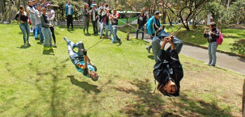 Jóvenes campistas practicando en cuerdas