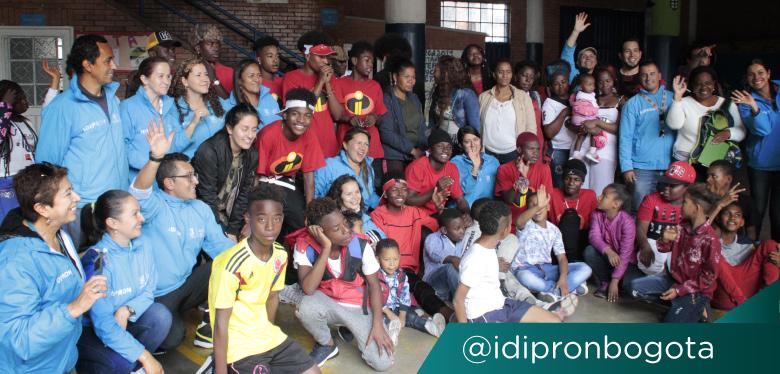 Comunidad IDIPRON, sonriente para fotografía de evento