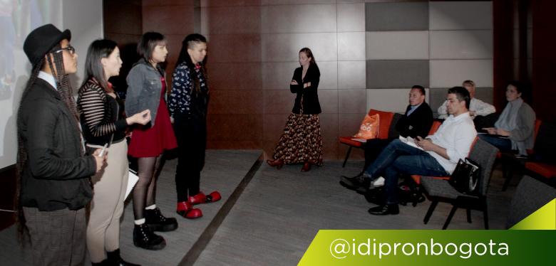 Cuatro jóvenes presentando emprendimientos en convenio Latam