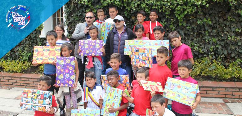 Niños reciben regalos en el día de la fraternidad IDIPRON 2018