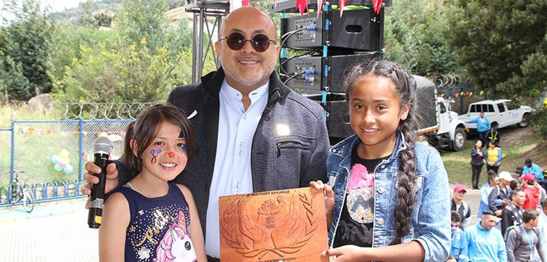 Director IDIPRON y niñas del IDIPRON