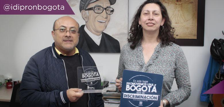 Director IDIPRON y subdirectora de planeación con premio LGBTI