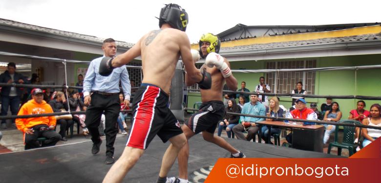 Dos jóvenes practicando boxeo