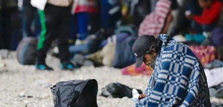 Hombre habitante de calle, cubierto con manta