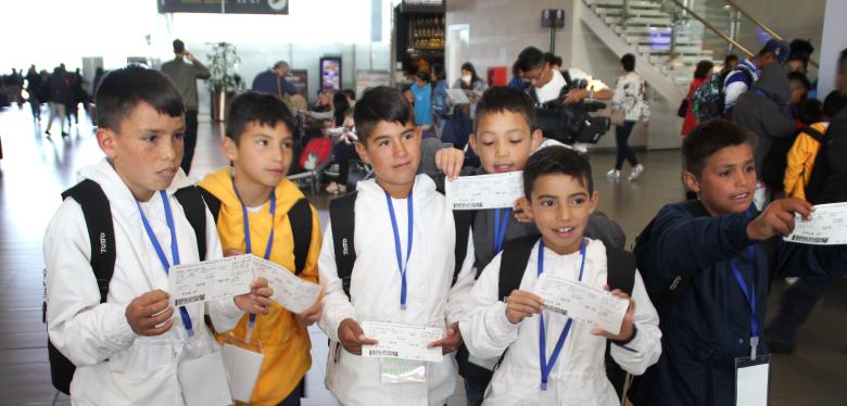 niños felices al viajar por Colombia
