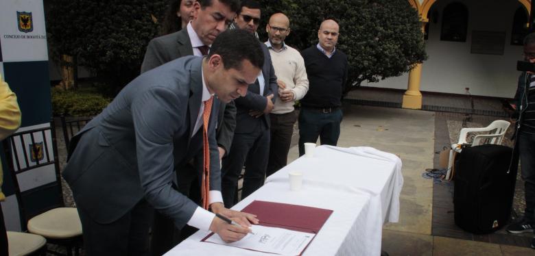Firma acuerdo homenaje a Javier de Nicoló