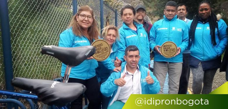 Funcionarios IDIPRON celebrando distinción sello oro cicloparqueadero