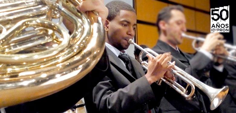 Luis tocando trompeta en la orquesta idipron
