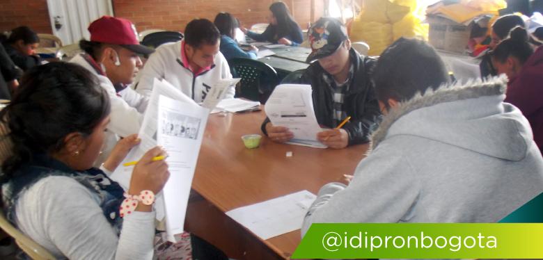 Imagen de jóvenes estudiando