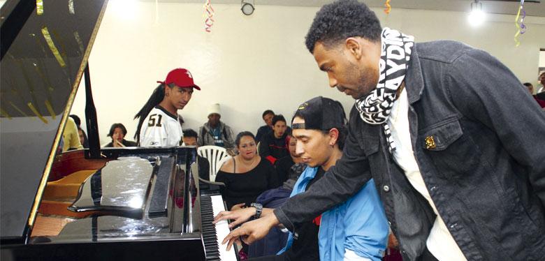 tostao y jóven en el piano