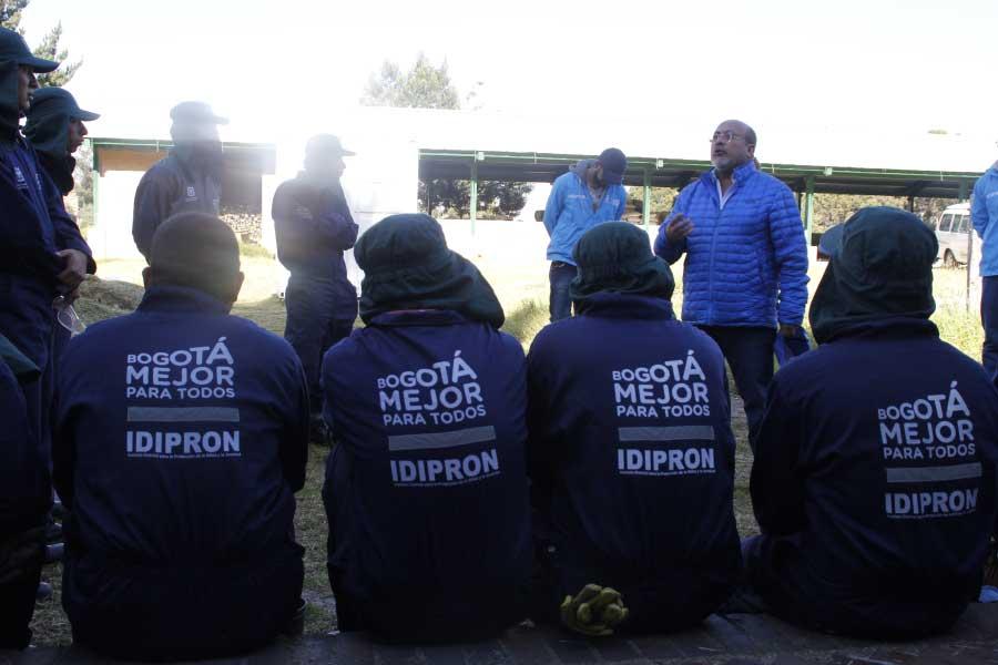 Director Wilfredo hablando con los jóvenes
