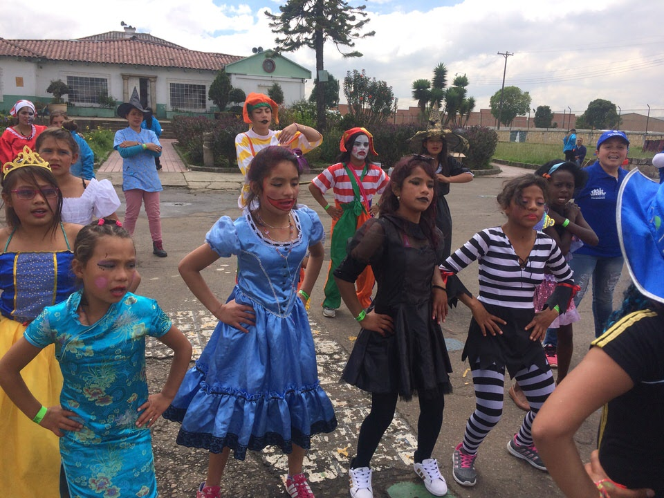 conjunto de niñas bailando
