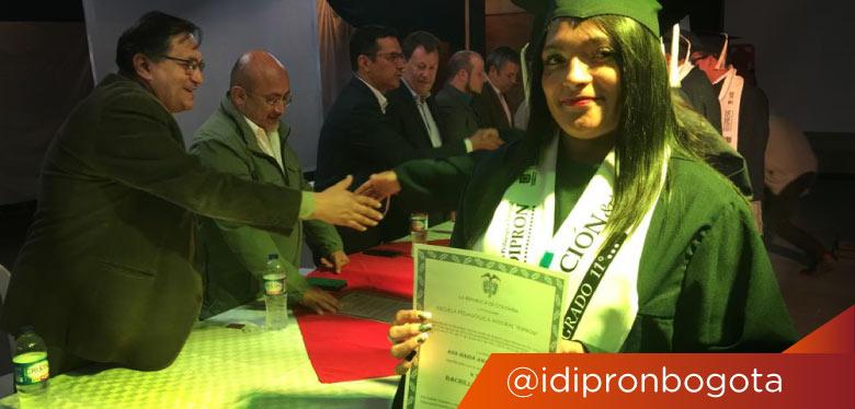 Jóven graduada en el IDIPRON