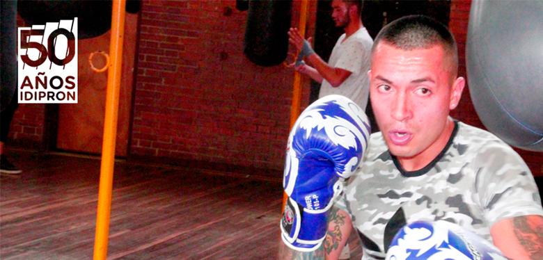 Jóven del IDIPRON practicando boxeo