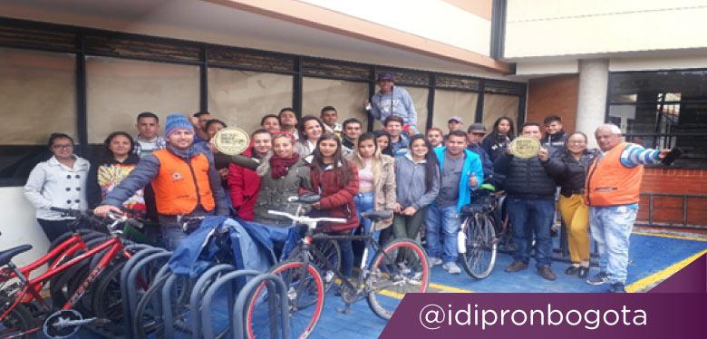 Jóvenes en cicloparqueadero