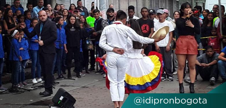 Jóvenes colombianos del IDIPRON y Coreanos en baile de cumbia colombiana
