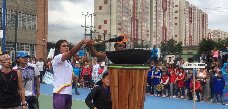 Jóvenes con la llama olímpica