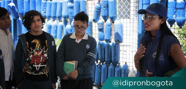 Jóvenes de colegio en feria GEP e IDIPRON