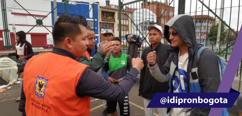 Saludo entre jóvenes en Operación Amistad IDIPRON
