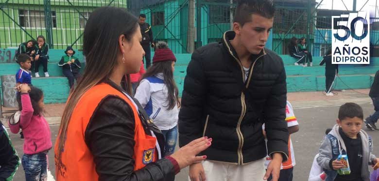 Jóvenes IDIPRON trabajando por los niños y niñas