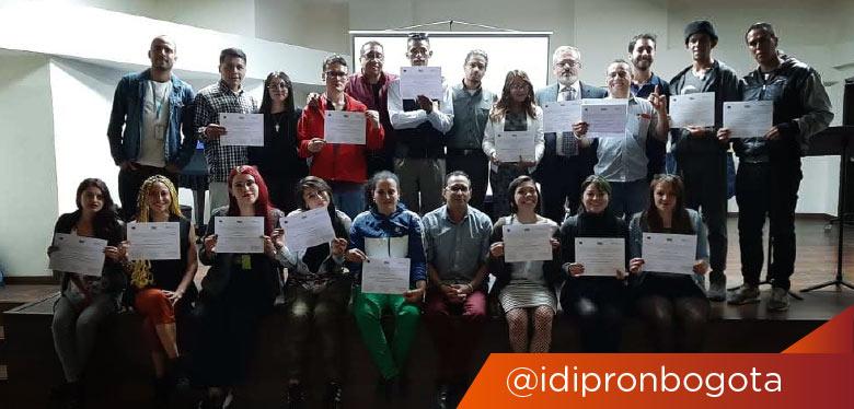 Jovenes IDIPRON recibiendo certificado conflicto para la paz