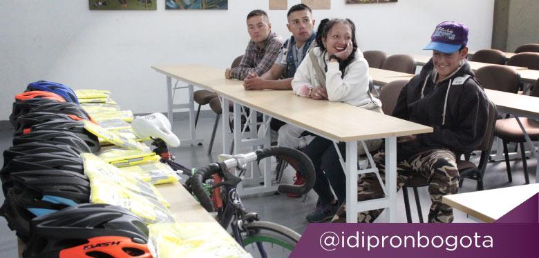 Jóvenes sonriendo en jornada movilidad sostenible agosto