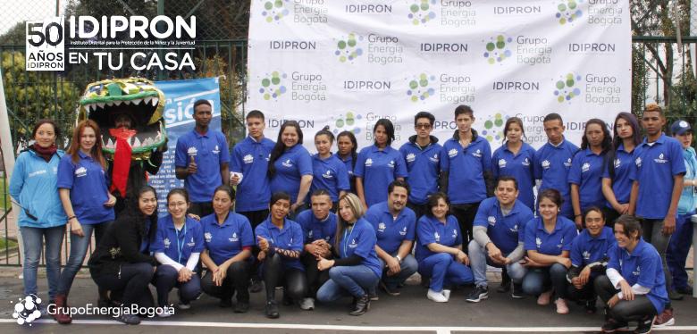 jóvenes IDIPRON en feria de servicios San Cristobal