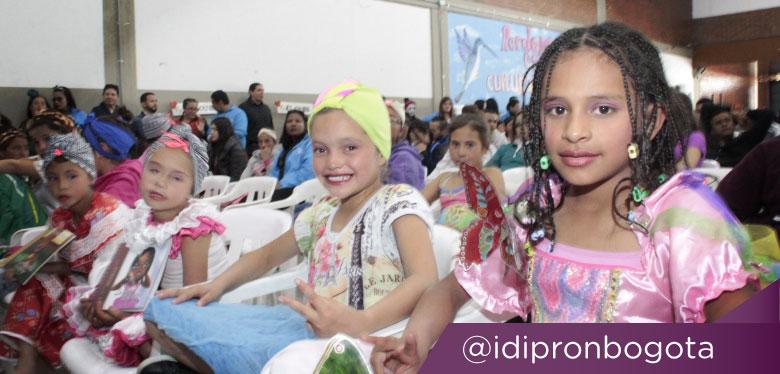 Niñas sonriendo participando en el festival literario