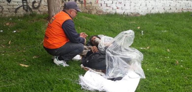 Ayudando a habitante de la calle, operación amistad