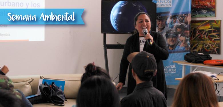 persona hablando al público en la semana ambiental