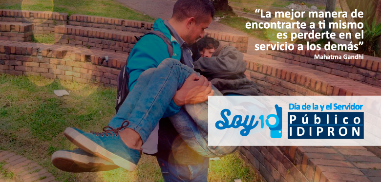 Servidor público ayudando a niño, llevándolo en brazos