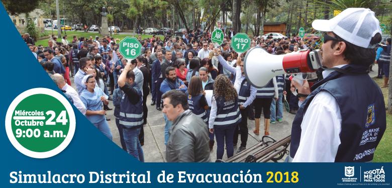 Persona con altavoz guiando un simulacro de evacuación