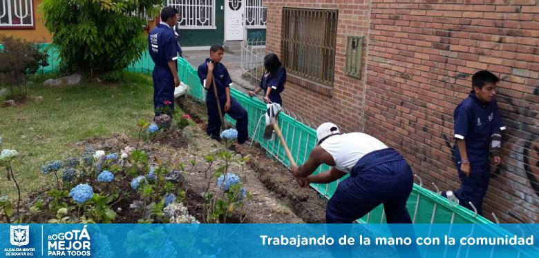 Jóvenes del IDIPRON trabajando para mejorar entorno del Perdomo