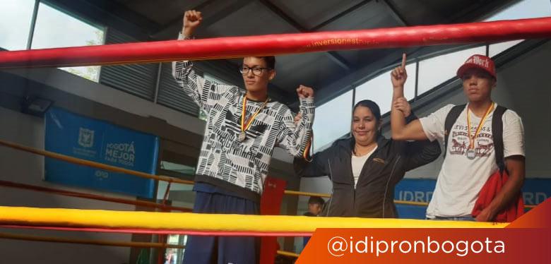 Tres jóvenes en cuadrilátero de boxeo