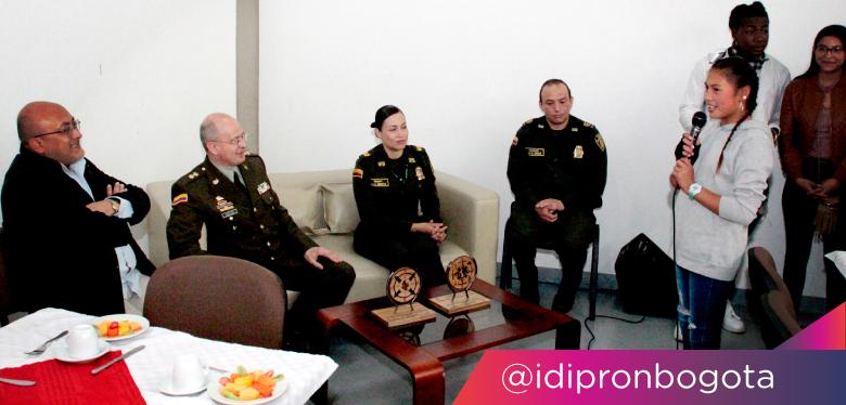 Viajes Latam jóvenes acompañados del director del IDIPRON y representantes de la Policía Nacional